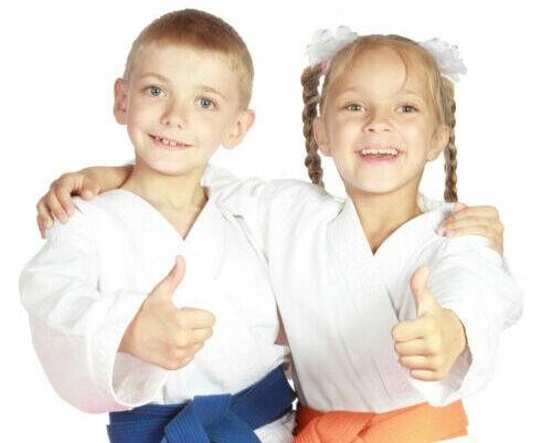 Karate Kinder zeigen Daumen nach oben