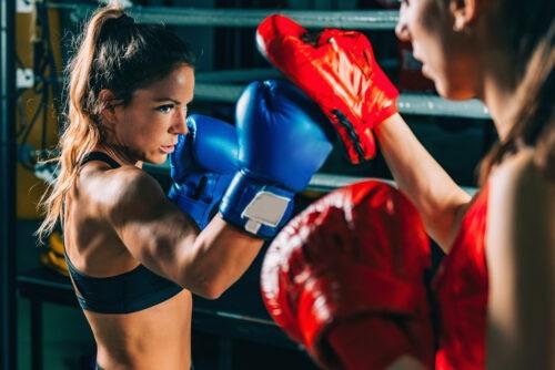 Frau beim Box Training